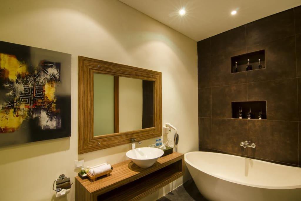 Spacious Romantic Bath Tub