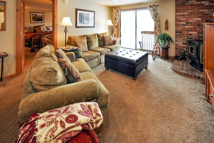 Ground-floor condo w/ Cranmore Mountain views, patio & shared pool/tennis!