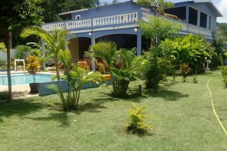 Chambre dans villa avec piscine les pieds ds l'eau