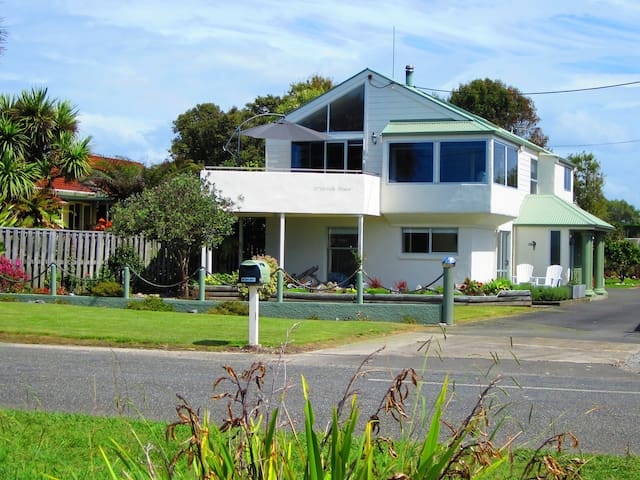 D'Urville House B & B, Beachfront, Self-Contained