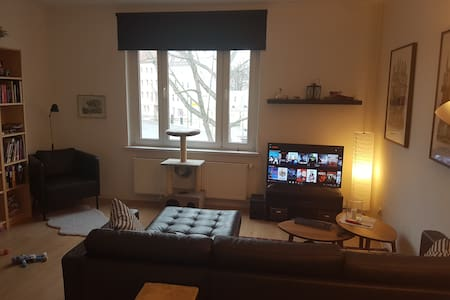 Multilingual host in cozy apartment - Berlino