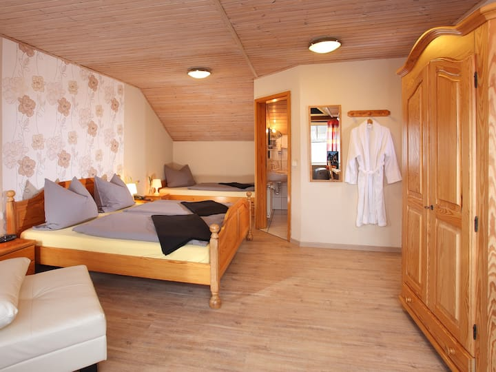 Gasthaus Mester, (Lennestadt), Dreibettzimmer mit WC und Dusche