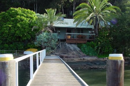 MARRA RETREAT . Waterfront w Jetty. ARRIVE BY BOAT - Berowra Waters