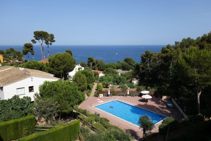Apartment in the area of the Golfet totally renovated with seaviews and swimmingpool