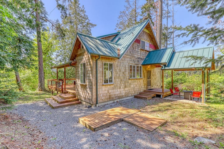 Contemporary, dog-friendly cottage in the woods! Less than a mile to the beach!