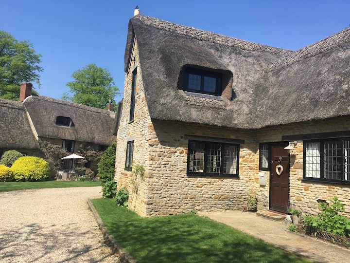 Beautiful thatched cottage on edge of Cotswolds