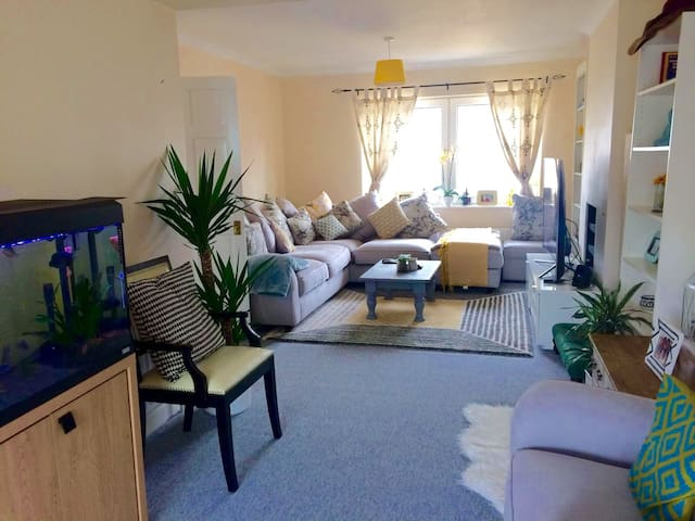 Quiet, Clean, Comfy and spacious room with parking - Chessington - House