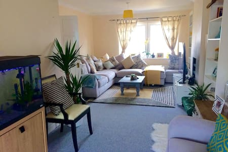 Quiet, Clean, Comfy and spacious room with parking - Chessington