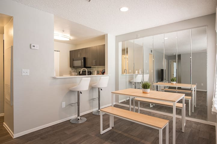 Modern 2 BDR 5 minutes from Strip and Convention.