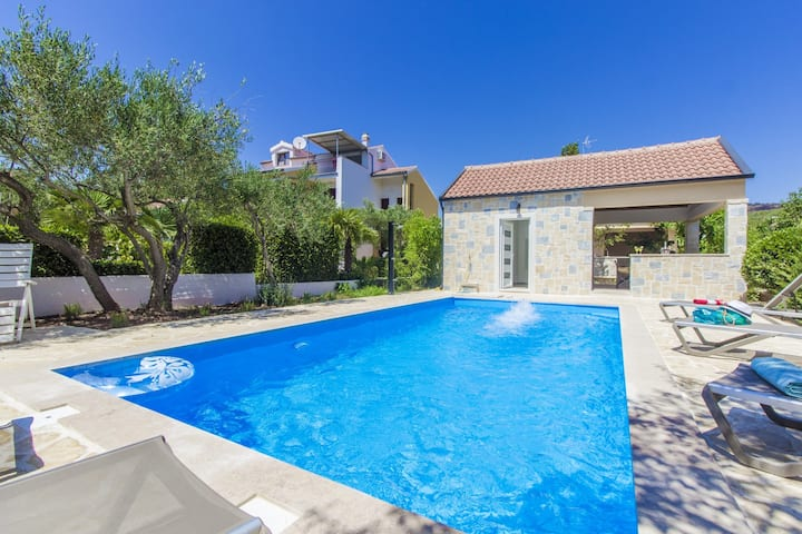 Villa BLU,just 200m from sea,4 rooms, heated pool