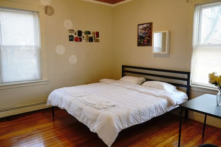 Quiet Stay (1 King Bed) Without Overnight Parking - Providence