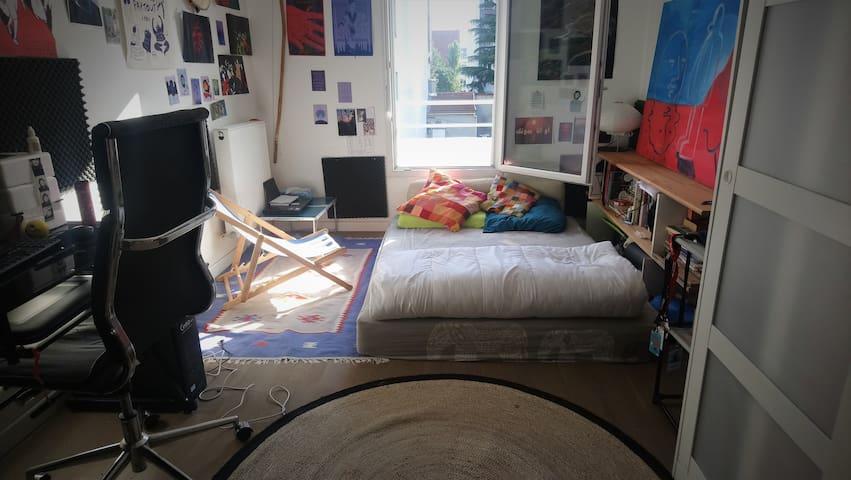 Cheap and bright private room near Paris