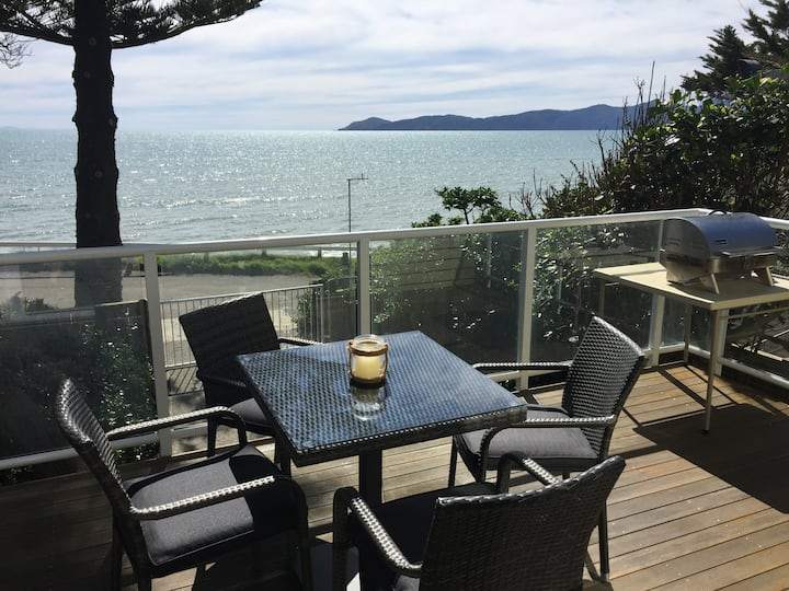 Cosy bach on beach, Raumati South