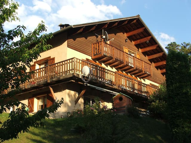 Grand appartement chalet au calme - Enchastrayes