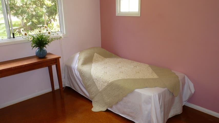 Large airy bedroom in house close to facilities - Port Macquarie - Hus