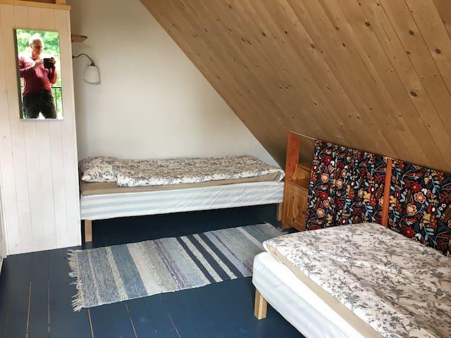 Två sängar som kan sättas ihop