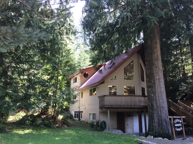 Cedar Grove Lodge Welcomes You- wifi/cable/hot tub