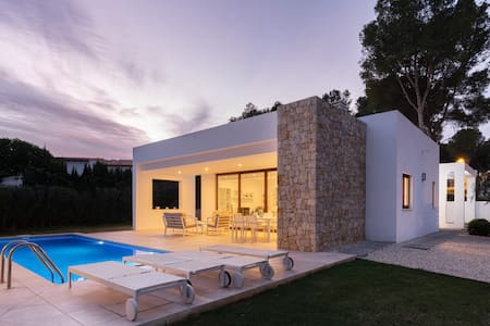 Modern Villa 5 min walk to Beach - Heated pool