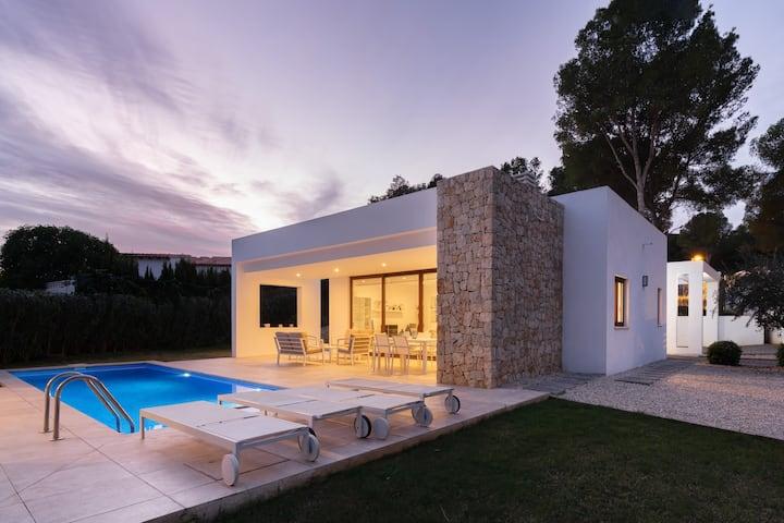 Modern Villa 5 min walk to Beach - Heated pool