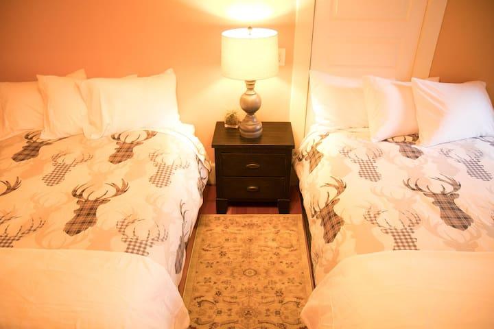 Bedroom (2 Double Beds)