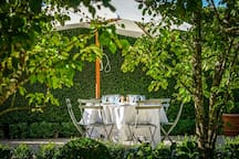 Dining in the parterre garden: a chef is available to prepare meals.