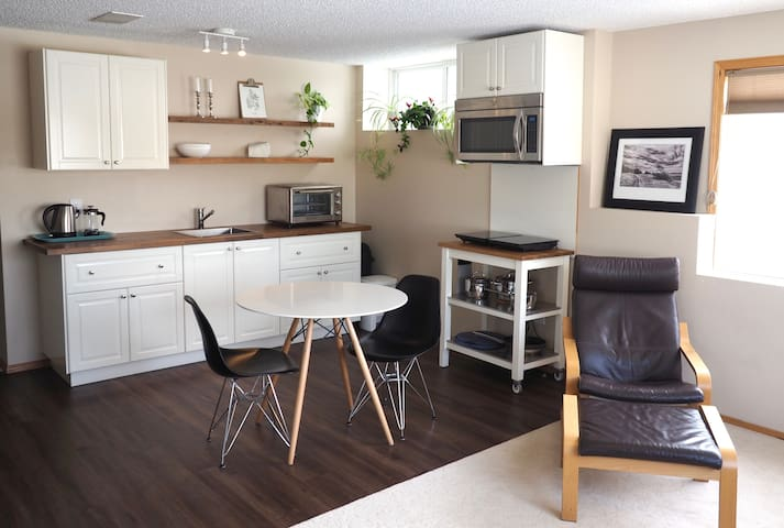 Bright 2 Bedroom Suite in Okotoks