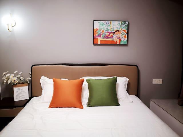 主卧1.8米大床,精选喜临门床垫,软硬适中、贴合人体曲线,让您的睡眠更安心。