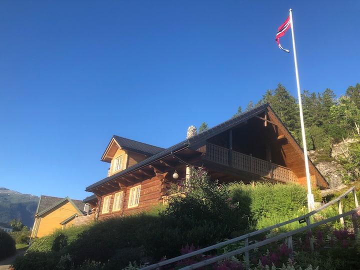 Tømmerhus med panoramautsikt og høy standard