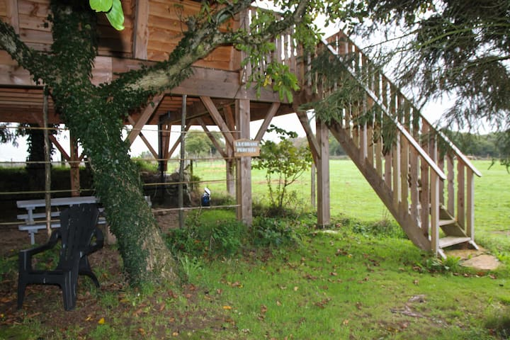 cabane perch e dans les arbres treehouses for rent in plaudren bretagne france. Black Bedroom Furniture Sets. Home Design Ideas