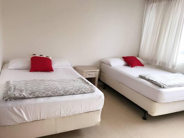 Ala Moana female share bedroom !only female