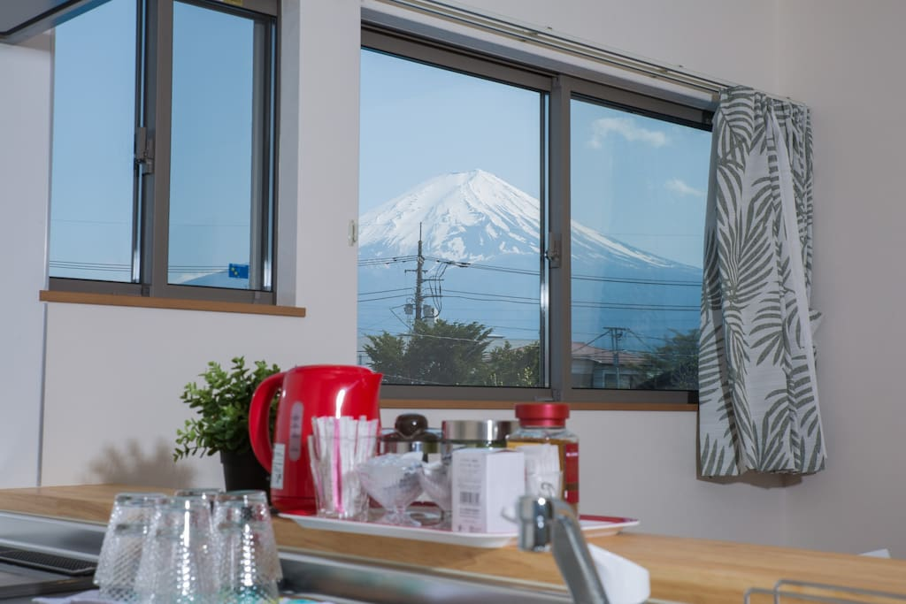 Also,you can see it from the kitchen. 您从厨房也能看见富士山。