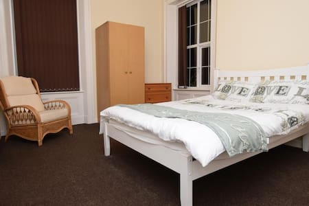 Double Room w. Private Bathroom, Parking & WiFi - Rochdale - Huis