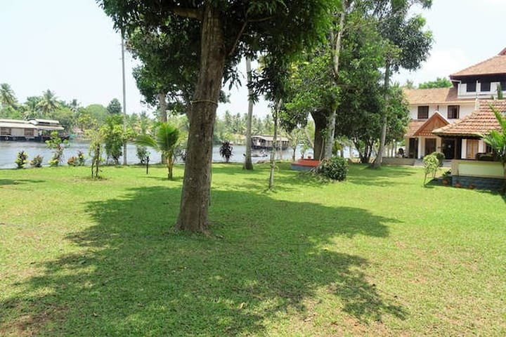 Two Bedroom River Facing Dlx Villa near Alleppey - Nedumudy - Hus