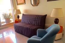 Petit salon avec balcon et canapé-lit pour 1 personne