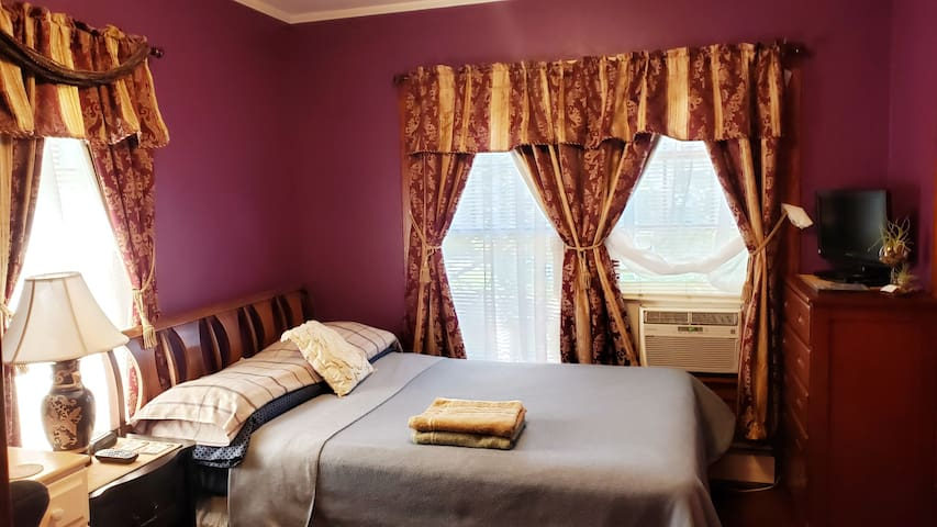 1 bedroom: Full / double size bed.
