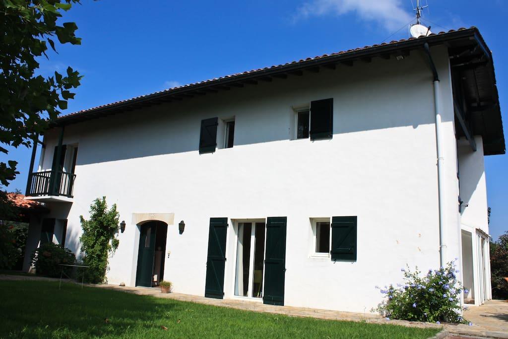 l'entrée de la maison est à gauche. La date de construction est gravée dans la pierre