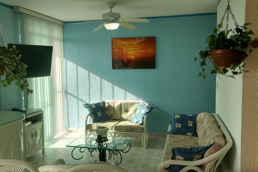 La sala con Smart TV acomoda hasta 6 personas.