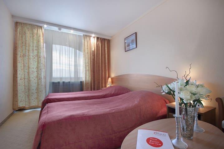Комната с двумя кроватями и собственной ванной
