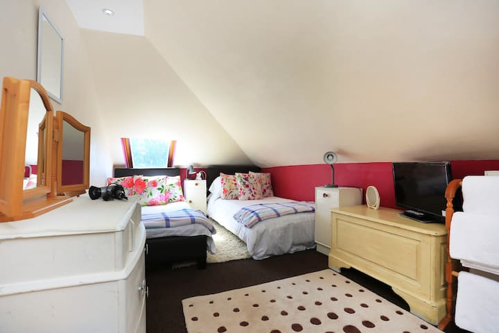 Twin bed loft bedroom Ideally situated for Beaches