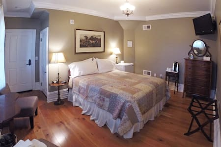 Kutz Suite at the 5-star Main Street Inn - Kutztown