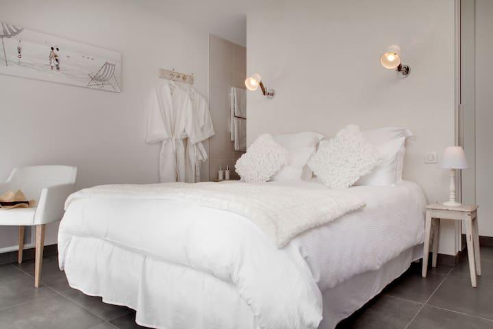 La maison d'hôtes Aux chambres d'à côté - Courcelles-Sapicourt - Gjestehus