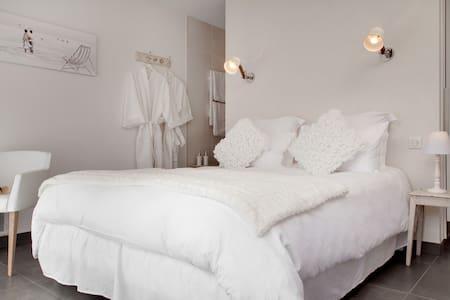 La maison d'hôtes Aux chambres d'à côté - Courcelles-Sapicourt - Pensió