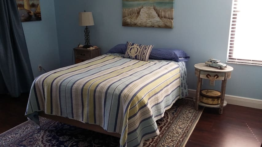 Sunny Bedroom w/private bath close to everything - Lake Worth - Apto. en complejo residencial