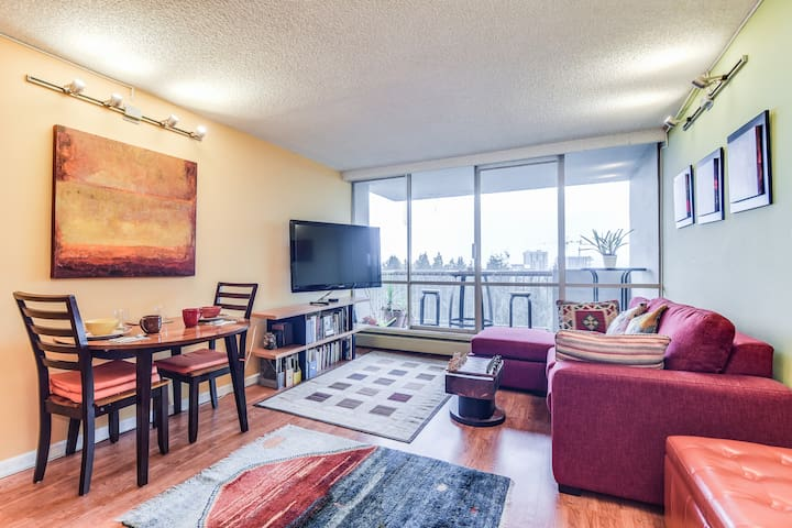 Bright 1 BR w/ Vancouver view + parking