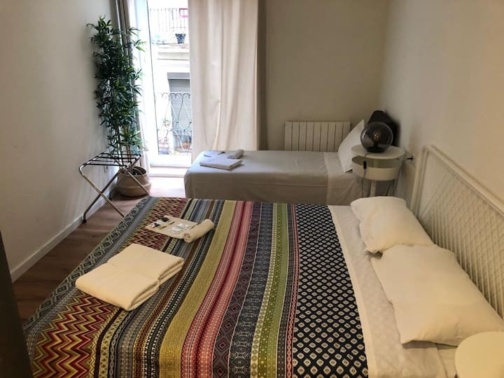 Room for three -BCN CENTER- with shared bathroom