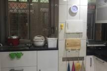 共用廚房kitchen 有大同電鍋、飯鍋、瓦斯爐、微波爐、小烤箱、美式咖啡機、磨豆機、果汁機