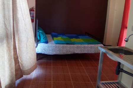 Studio: near a mall, queen bed, WIFI, neat & quiet - Cidade de Mandaue