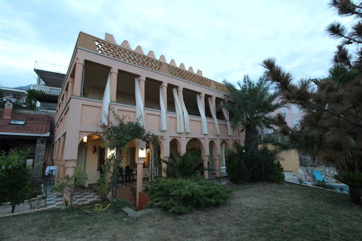 2bd Lux Apt in Villa Marocco w/ Pool 50m f/ Beach