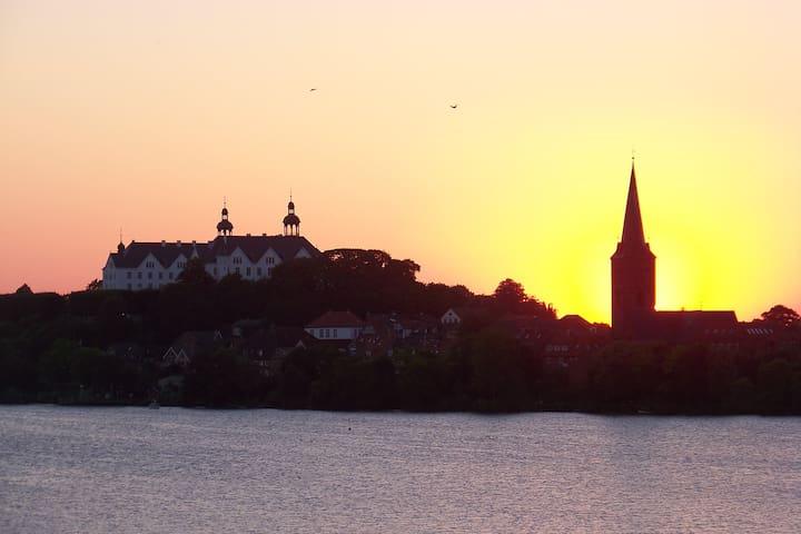 Plöner Schloss und Kirche im Licht der untergehenden Sonne