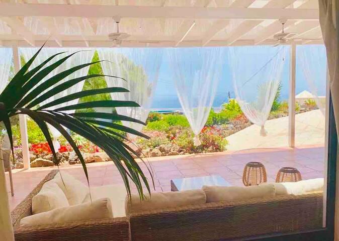 Nuestra terraza con sus nuevas cortinas, un lugar maravilloso, acogedor y romántico para disfrutar de las preciosas vistas al jardín, a la piscina y al mar